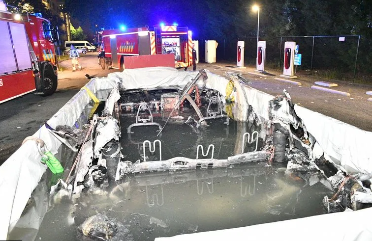 Utopená Tesla po požiari